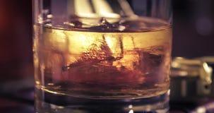 Roterande och smältande is och whisky i exponeringsglaset på den gamla dagboken lager videofilmer