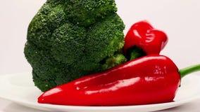 Roterande platta med nya grönsaker stock video