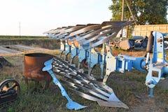 Roterande plog parkerat lantgårdmaskineri royaltyfri fotografi