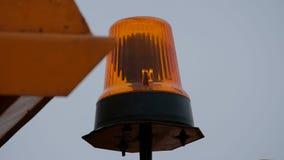 Roterande pråligt ljus för apelsin på vägsoparen lager videofilmer