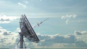 Roterande radioteleskop på himmelbakgrund