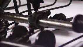Roterande rullar på papper i en tryckpress stock video