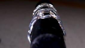Roterande skärm av varoren för silverdräktsmycken stock video