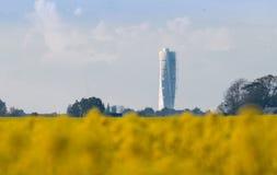 Roterande torso Malmö från rapsfröfälten fotografering för bildbyråer