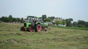 Roterande traktor för hö arkivfilmer