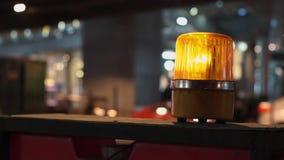 Roterande varnande ljus för gult orange sirenljus i tecknet för konstruktionssidosäkerhet som installeras bredvid vägen arkivfilmer
