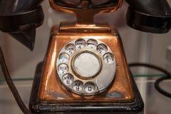 Roterande visartavla av en gammal telefon Arkivbilder