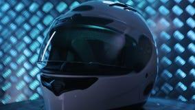 Roterar den rakt framifråna hjälmen för den vita motorcykeln på metallbakgrund arkivfilmer