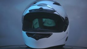 Roterar den rakt framifråna hjälmen för den vita motorcykeln på svart bakgrund stock video