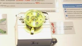 Roterend mechanisme media Het mechanisme roteert in twee richtingen met hoge nauwkeurigheid stock video