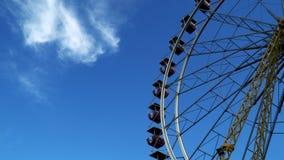 Roterend Reuzenrad tegen de hemel met wolken Royalty-vrije Stock Foto's