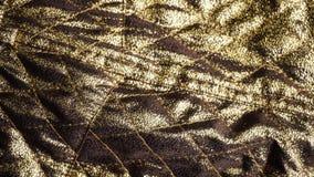 Roterend schot van een gouden textiel, glanzende modieuze doek, synthetische vezel stock videobeelden