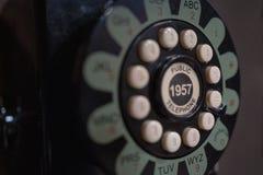 Roterend van oude telefoon in telefooncel stock afbeelding