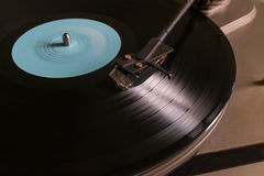 Roterend vinylverslag met een blauw teken op de draaischijf Stock Foto