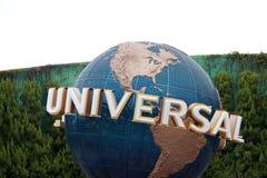 Roterende bol van de Universele muur van de aarde en achtergrond groene boom in Universele Studio's Japan Stock Afbeelding