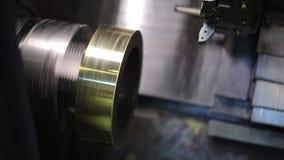 Roterende cirkelmetaalspatie in een malenmachine met CNC, close-up stock footage
