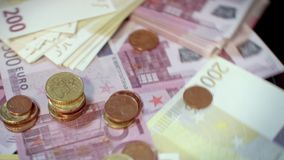 Roterende euro bankbiljetten en muntstukken Stapel van euro munt stock footage