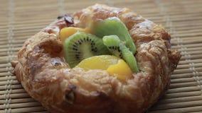 Roterende Fruitcake op bamboeservet stock videobeelden
