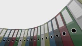 Roterende gekleurde bureaubindmiddelen Goed voor rapporten en presentaties 4K naadloze loopable klem, ondiepe nadruk stock video