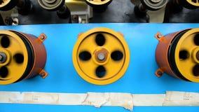 Roterende met rubber bekleede wielen van de windende machine stock footage