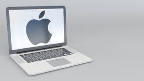 Roterende openings en sluitende laptop met Apple Inc embleem Computertechnologie conceptuele redactie4k klem stock videobeelden