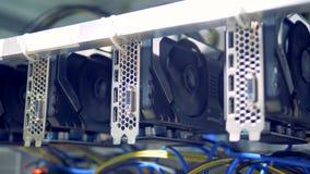 Roterende spoelen van grafische kaarten tijdens cryptocurrencymijnbouw stock video