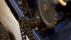 Roterende toestellen en kettingen in het mechanisme stock videobeelden