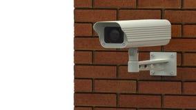 Roterende toezichtcamera op bakstenen muur stock video