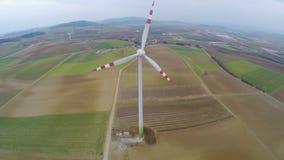 Roterende windturbine op landbouwgrond Alternatief, duurzame energie Lucht Mening stock video