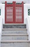 Rotes äußeres Gatter zur siamesischen Kirche stockfoto