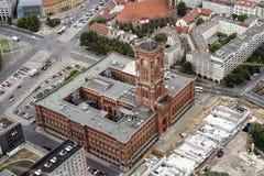 Rotes从空气看见的Rathaus 库存照片