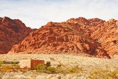 Rotes Adobe-Haus im Vordergrund Lizenzfreie Stockfotos