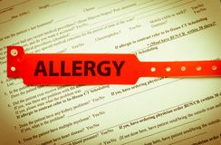 Rotes Allergie-Armband Stockbild