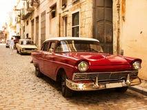 Rotes altes und klassisches Auto in der Straße von alter Havana Cuba Lizenzfreie Stockbilder