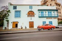 Rotes amerikanisches Auto in Havana, Kuba lizenzfreie stockbilder