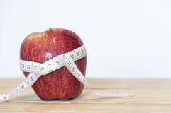 Rotes Apfel- und Maßband Lizenzfreie Stockfotografie