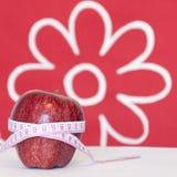 Rotes Apfel- und Maßband Stockfotos