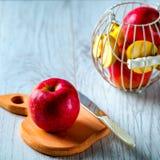 Rotes Apple auf hölzernem Brett Lizenzfreies Stockbild