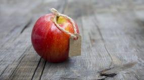 Rotes Apple mit einem Preisschild Lizenzfreie Stockfotos