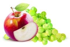 Rotes Apple und grüne Traube lokalisiert mit Beschneidungspfad Stockfotografie