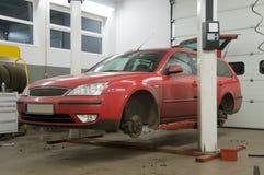 Rotes Auto auf Erbauer Stockbilder