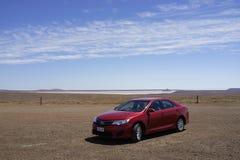 Rotes Auto auf Stuart Highway im Hinterland Australien lizenzfreies stockfoto