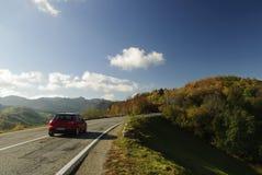 Rotes Auto in der Natur stockfoto