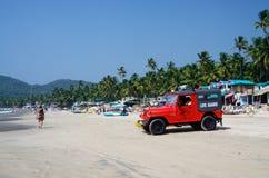 Rotes Auto des Lebenschutzes an schönem Palolem-Strand, Goa, Indien Stockfotografie