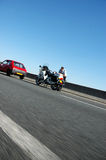 Rotes Auto gegebene Verkehrskarte lizenzfreie stockfotos