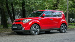 Rotes Auto Kia Lizenzfreie Stockbilder