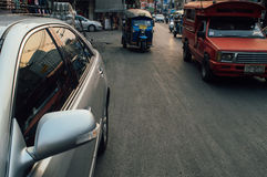 Rotes Auto und nahm nahm Taxi Stockbild