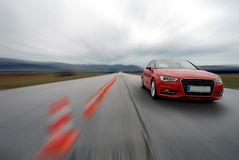 Rotes Autofahren zu fasten stockfotos