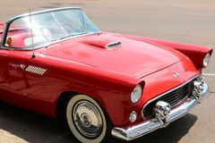 Rotes Automobil außerhalb des legendären Sun-Studios, Memphis Tennessee Lizenzfreies Stockbild