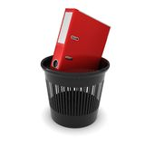 Rotes Bürofaltblatt mit Dokumenten in einem schwarzen Abfall Lizenzfreies Stockbild